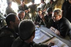 """שר הביטחון ברק והרמטכ""""ל גנץ מבקרים כוח צה""""ל במהלך מבצע עמוד ענן."""